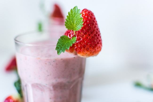 Strawberry Oat Smoothie to boost mood