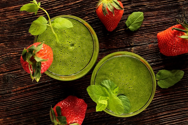 Flax seed strawberry green smoothie